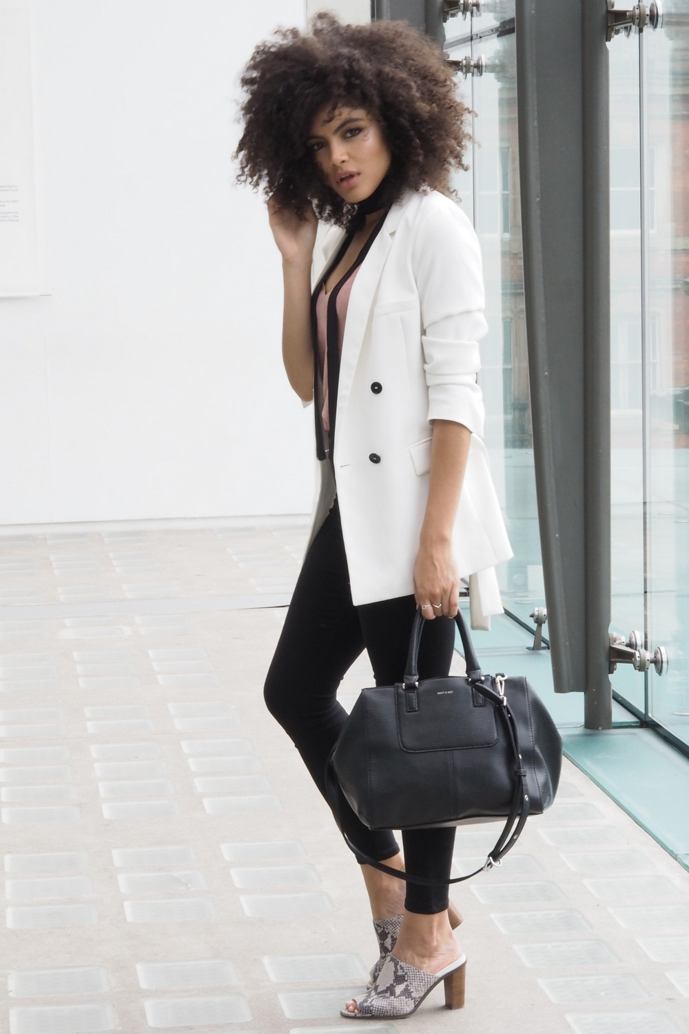 White blazer and black skinny jeans outfit