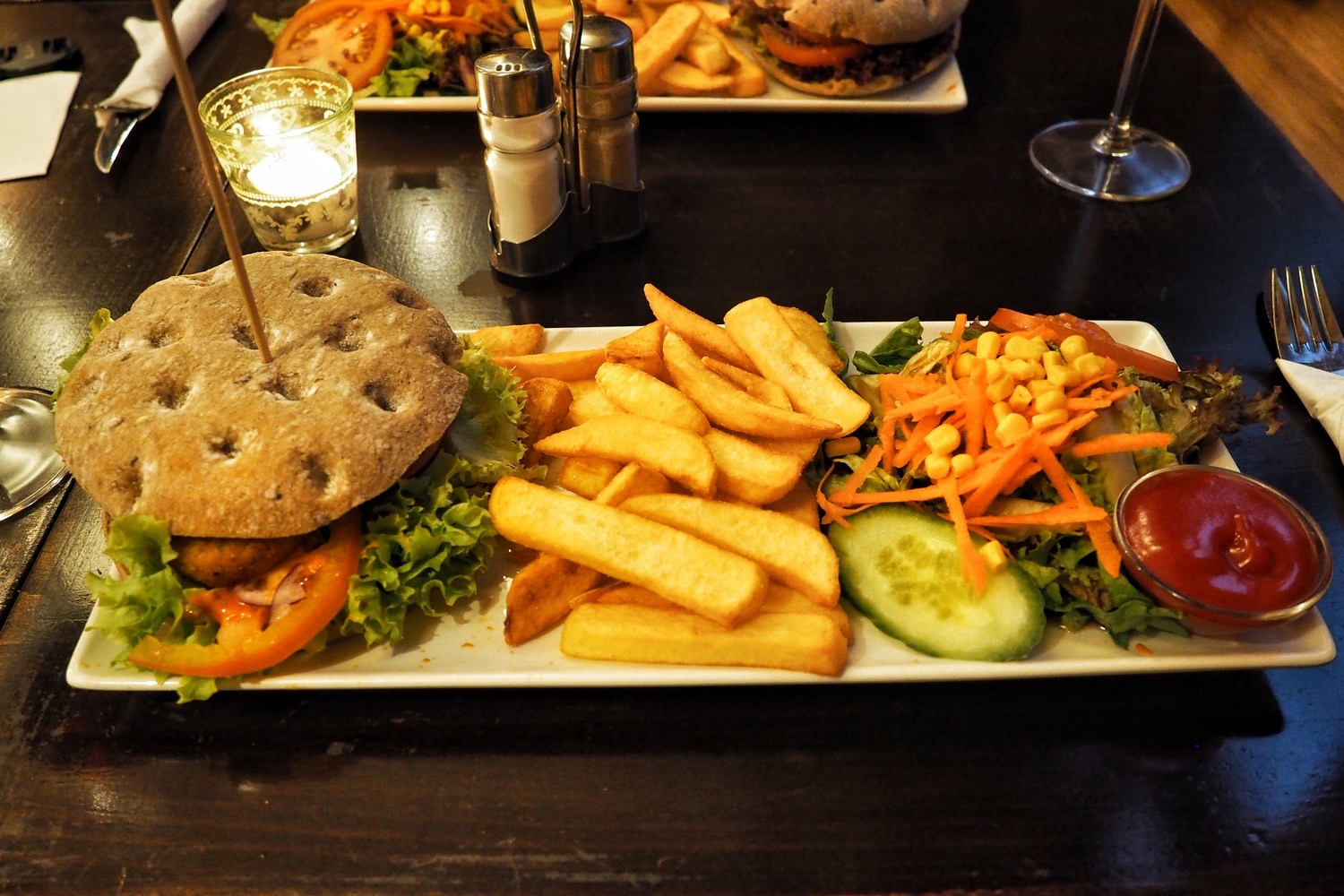 Vegan burger at Cafe Piya Hamburg