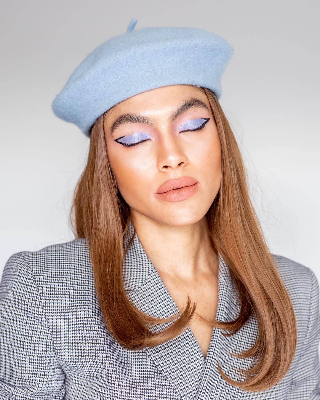 Samio 60s makeup look Stila Suede Shade, shade Something Blue graphic liner